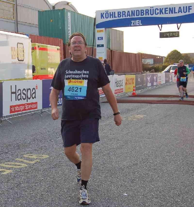 Dr. Harald Hildebrandt am Ziel des Köhlbrandbrückenlaufes 2014